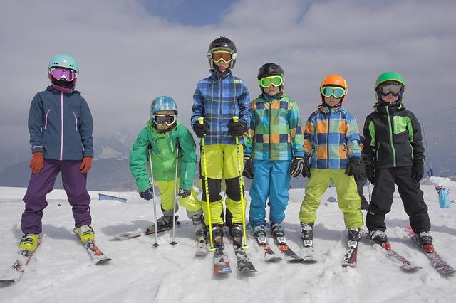 skupinka na lyžích