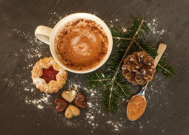 horká čokoláda a sušenka