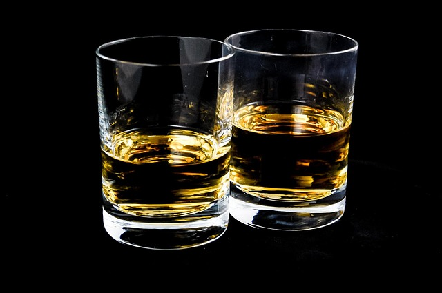 dvě skleničky s alkoholem