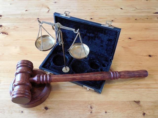soudcovské kladivo a váhy