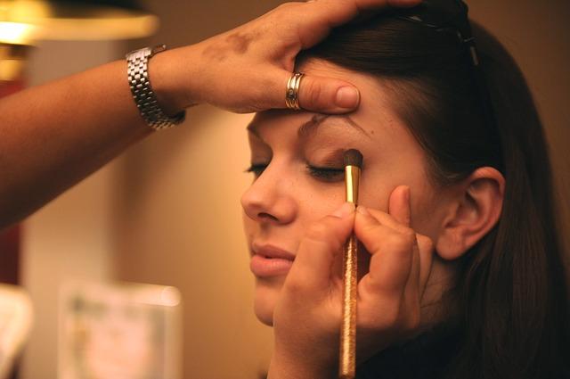 Žena, které malují oční stíny