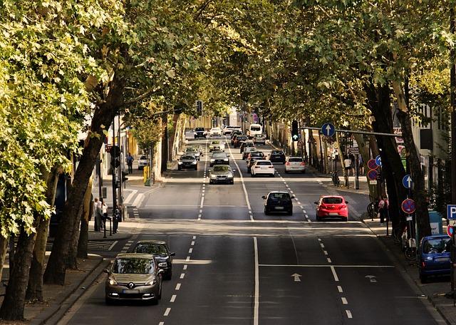 silnice s jedoucími auty